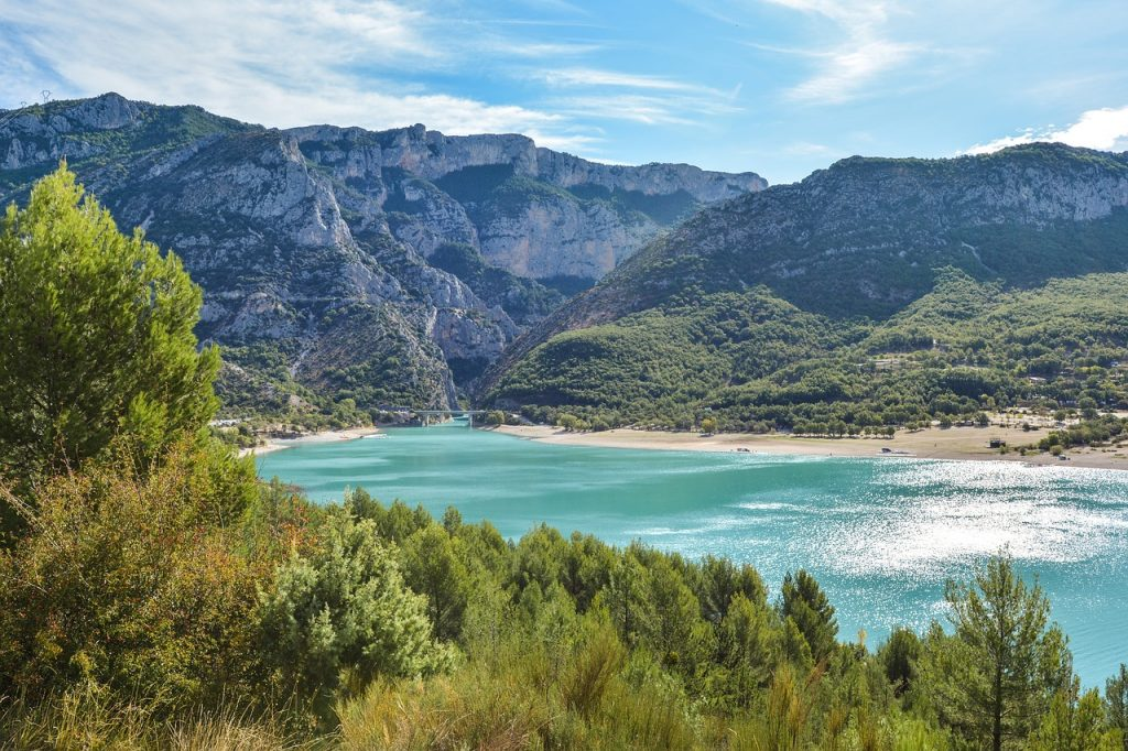 Gorges du Verdon, often called the European Grand Canyon, is a beautiful national park in the south of france. Turquoise water in France, green trees and large mountains.