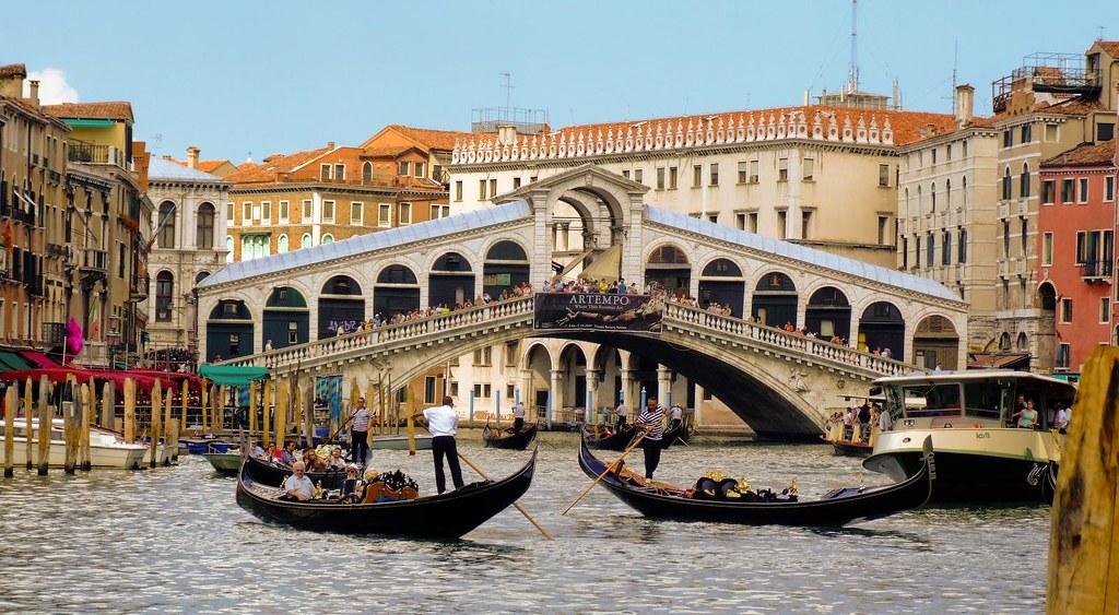 the famous bridge of rialto in Venice, Italy